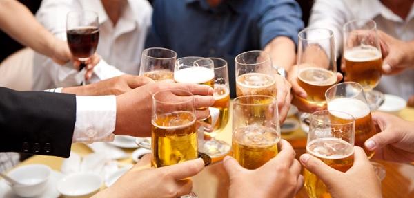 Cach day lui roi loan tieu hoa do uong ruou bia hinh anh 1 Uống rượu bia nhiều gây nên chứng rối loạn tiêu hóa.