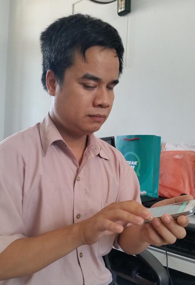 Sim dien thoai dac biet cho nguoi khiem thi hinh anh 2 Anh Nguyễn Trường Thanh, một người khiếm thị dùng thử bộ sản phẩm Speak Sim tại nơi làm việc.