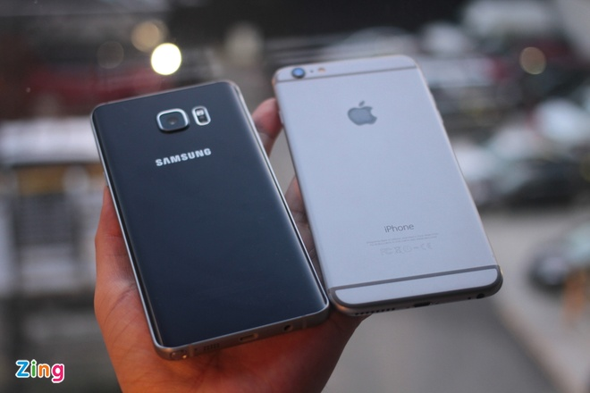 Điểm nổi bật trong thiết kế của Samsung Galaxy Note 5 chính là sự kết giữa kính cường lực chắc chắn và kim loại cao cấp. Mặt lưng uốn cong hai bên và viền màn hình mỏng giúp sản phẩm gọn gàng và sang trọng khi cầm trên tay. Trong khi đó, iPhone 6 Plus trông mỏng manh, mềm mại khi cầm trên tay. Đáng chú ý, Galaxy Note 5 nặng 171 gram, trong khi iPhone 6 Plus là 172 gram, tuy nhiên, cầm di động Samsung 5 cảm giác cầm chắc tay hơn.