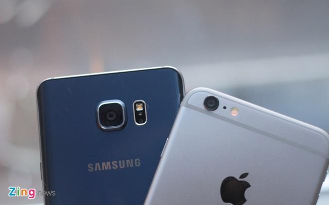 iPhone 6 Plus sử dụng phần lớn chất liệu vỏ ngoài là nhôm, kết hợp với các đường cao su để tăng khả năng bắt sóng ăng ten. Samsung kết hợp giữa kim loại nguyên khối và mặt kính 2 bên. Trong đó, mặt lưng kính của Galaxy Note 5 được uốn cong hai bên, tạo cảm giác thân thiện với tay hơn.