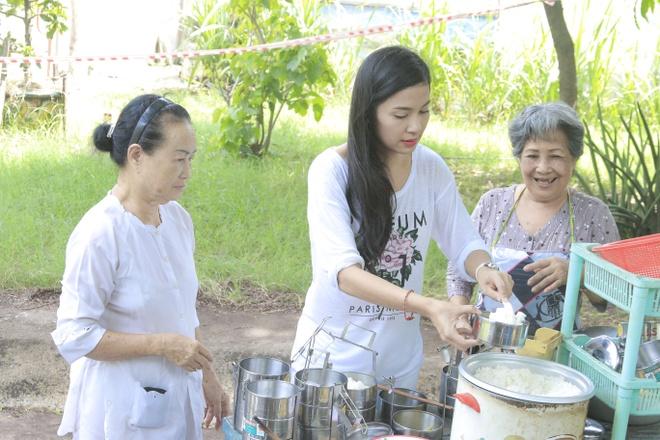 Viet Trinh dien do gian di tham khu duong lao nghe si quan 8 hinh anh