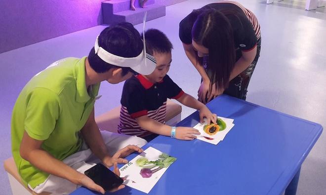 4 tro choi kich thich nao tre phat trien hinh anh 2 Với giấy, bút và vài dụng cụ đơn giản, mẹ và bé có thể cùng tạo nên những tác phẩm nghệ thuật thú vị.