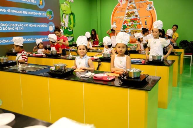 4 tro choi kich thich nao tre phat trien hinh anh 4    Dạy con nấu ăn vào cuối tuần giúp bé bổ sung kỹ năng và thêm gắn kết với gia đình.