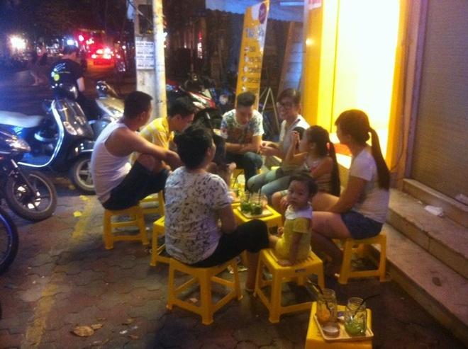 Thái 2bla không chỉ thu hút các bạn trẻ, mà nhiều gia đình đã trở thành khách quen của quán.