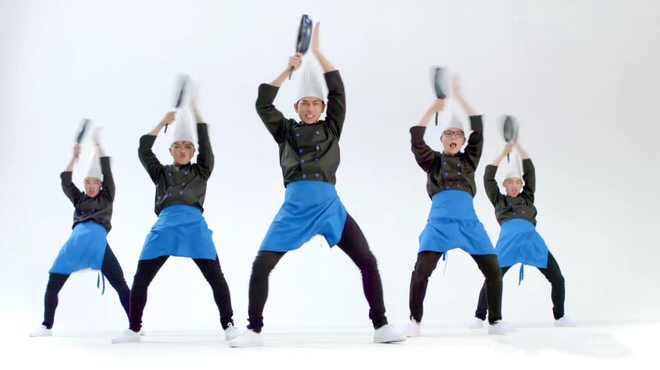 19 dieu nhay 'ba dao' cua Isaac khien fan phan khich hinh anh 4 Diện trang phục đầu bếp, anh chàng ngẫu hứng trình diễn điệu nhảy múa chảo với biểu cảm hài hước.