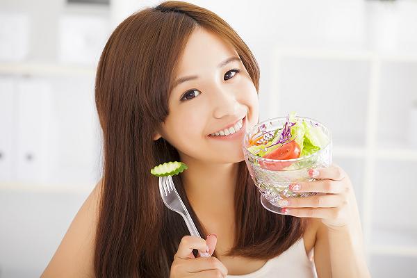 Ăn nhiều rau là cách làm hữu hiệu giúp làn da thêm khỏe, đẹp.