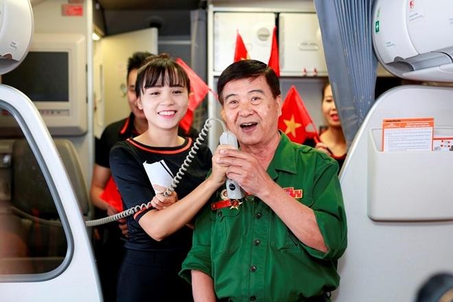 NSND Tran Hieu hat mung Quoc khanh tren may bay hinh anh 2