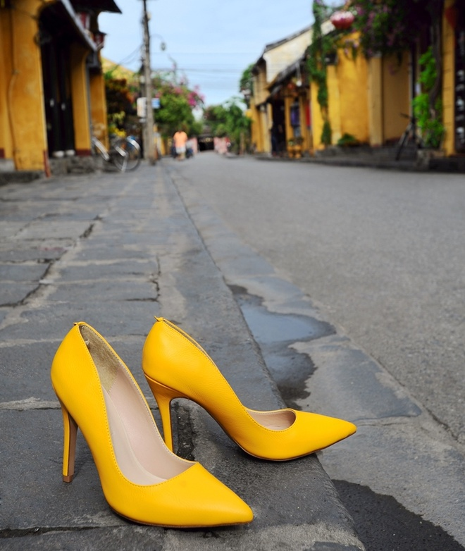 Giay Dolly ra mat BST moi ton voc dang cho phai dep hinh anh 1 Nếu bạn thuộc tuýp người cá tính và dám thể hiện bản thân thì mẫu giày màu vàng rực rỡ sẽ là một gợi ý thích hợp trong năm nay. Bạn có thể phối thêm một màu riêng biệt nữa hoặc kết hợp kiểu colour block .