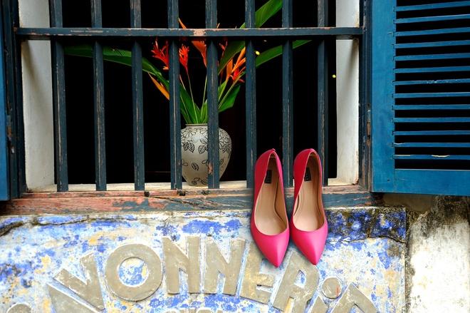 Giay Dolly ra mat BST moi ton voc dang cho phai dep hinh anh 2 Bạn có thể kết hợp giày tông màu hồng cánh sen với chân váy đồng màu cùng với áo in họa tiết hoa hay rừng nhiệt đới hợp mốt, các phụ kiện trang sức còn lại nên đơn giản và trơn màu.