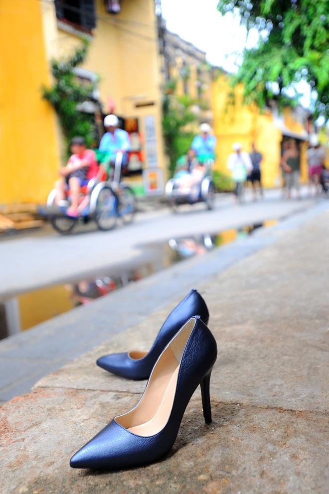 Giay Dolly ra mat BST moi ton voc dang cho phai dep hinh anh 7 Vừa hợp mốt, vừa mang vẻ đẹp cổ điển, những chiếc giày màu đen có ánh xà cừ xứng đáng là màu để bạn chọn mặc đi tiệc hay đến công sở.