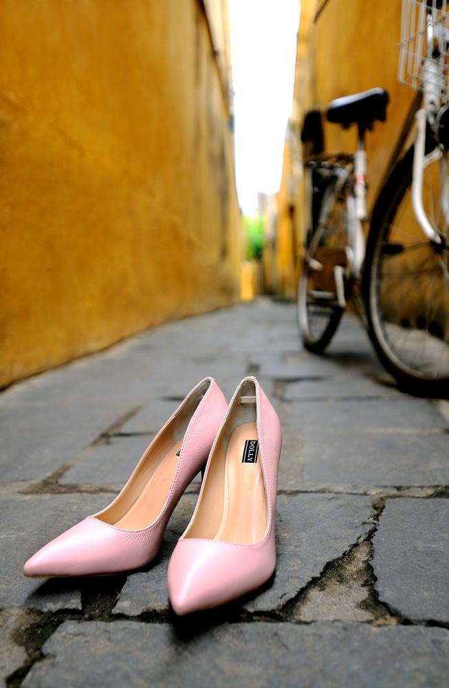 Giay Dolly ra mat BST moi ton voc dang cho phai dep hinh anh 6 Hồng da, gam màu dịu ngọt làm sáng mọi sắc da của người mang gam màu của đôi giày này. Phụ kiện có ẩn màu ánh kim sẽ là sự kết hợp hoàn hảo.
