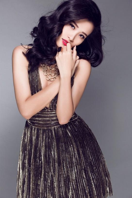 Khi chụp ảnh, cô lựa chọn mái tóc uốn lọn lớn, gợn sóng mềm mại để tôn vẻ ngọt ngào, nữ tính.