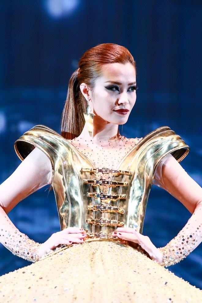 """Còn lúc lên sân khấu, thảm đỏ, tùy vào tính chất buổi diễn cô sẽ """"hô biến"""" mái tóc cho phù hợp. Trong ảnh, nữ ca sĩ chọn kiểu tóc đuôi ngựa buộc bổng thời thượng."""
