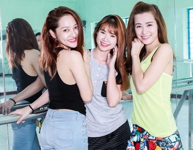 """Vì lịch trình bận rộn, nên để nâng niu tóc nhanh chóng và hiệu quả nhất, Đông Nhi chọn bộ sản phẩm Sunsilk Mềm Mượt Diệu Kỳ (bao gồm dầu gội, dầu xả và kem dưỡng tóc) có tinh dầu hoa trà my từ Hàn Quốc. Hiện tại, cô cùng Bảo Anh và Khởi My đang tích cực tập luyện cho chuỗi liveshow Music Party xuyên Việt """"Mềm mượt những giấc mơ""""."""
