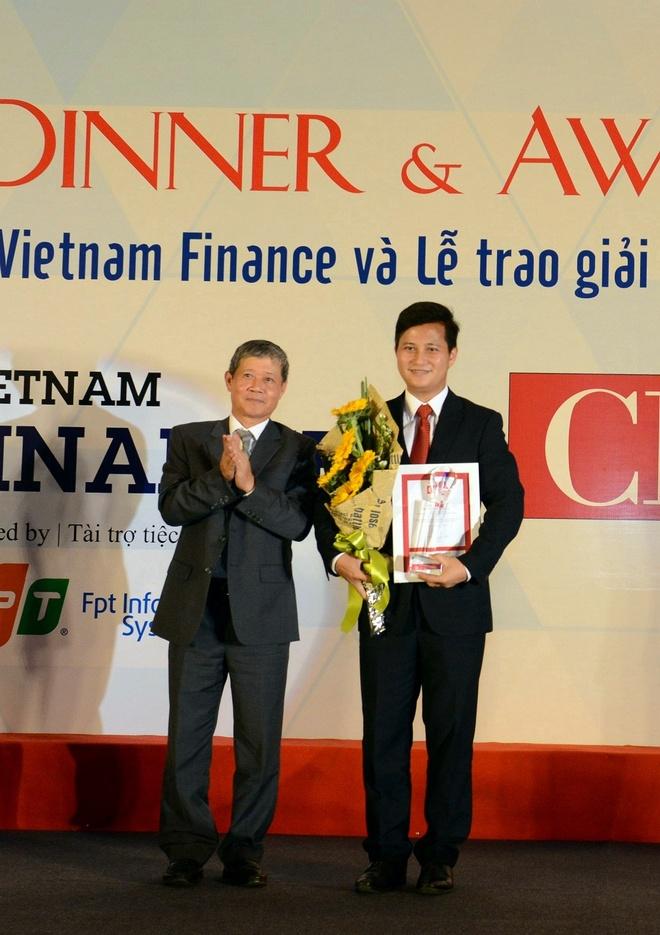 PTGD VietinBank doat giai lanh dao CNTT Dong Nam A tieu bieu hinh anh 1 Phó Tổng Giám đốc VietinBank Trần Công Quỳnh Lân nhận giải Lãnh đạo CNTT Đông Nam Á tiêu biểu.