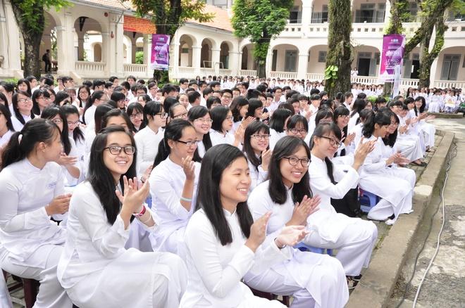Thai Tuan tang ao dai cho nu sinh THPT Le Hong Phong TP HCM hinh anh