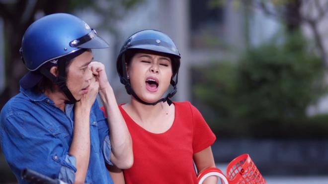 """Hoai Linh vao vai xe om trong series hai moi hinh anh 3 Cũng khó chịu không kém đó là chị bầu """"bỗng dưng muốn đẻ""""  (Nam Thư thủ vai) trong """"Gặp chuyện khó – Có Thần Tài 2"""""""