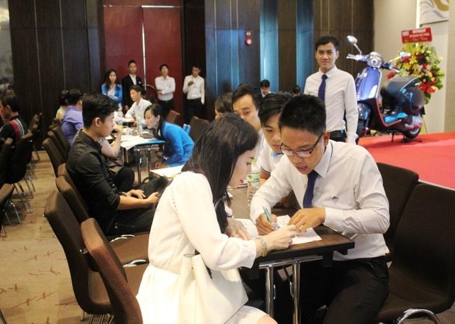 Du an Luxicity lam soi dong thi truong BDS phia Nam TP HCM hinh anh 2 Nhân viên đang tư vấn khách hàng chọn lựa căn hộ và phương thức thanh toán phù hợp.