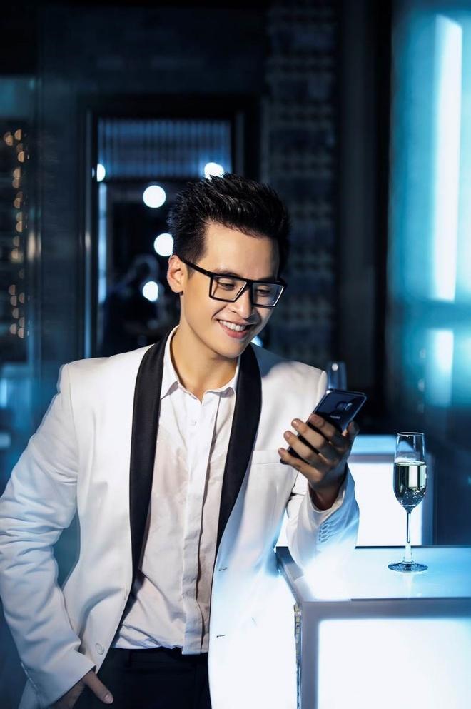 Thanh Hang, Kim Ly, Trang Khieu dung dien thoai gi? hinh anh 3 Hà Anh Tuấn không giấu vẻ thích thú với mẫu smartphone ưu việt và thời trang.