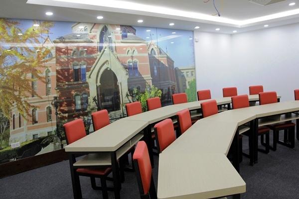 Trung tâm còn có các phòng học mang tên những trường đại học nổi tiếng trên thế giới như Yale, Princeton, Columbia...