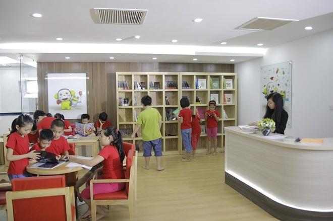 Thư viện sở hữu hơn 500 đầu sách và hệ thống máy tính kết nối Internet, cài đặt phần mềm E-learning cho phép học viên luyện tập online trước giờ học và làm bài tập về nhà.