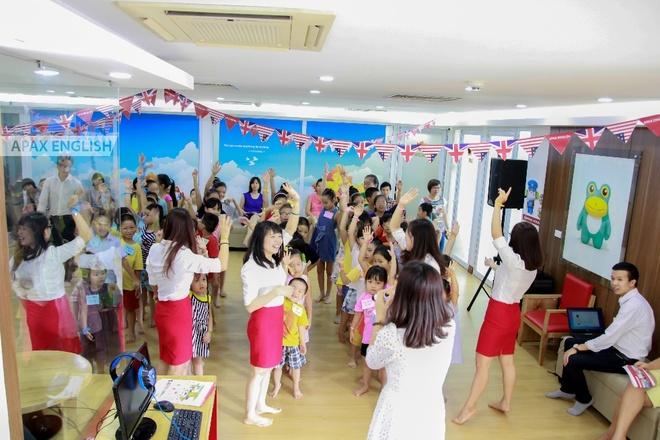Sau giờ lên lớp, học viên và giáo viên tham gia hoạt động ngoài giờ do trung tâm tổ chức.