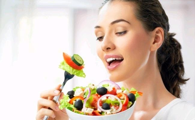 Ăn rau xanh và trái cây tươi để cung cấp nước cho làn da.