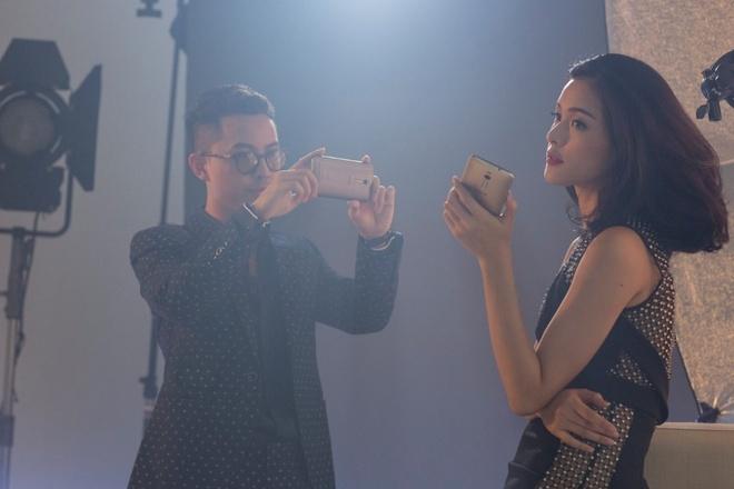 Ha Vy khoe anh chup thoi trang bang smartphone hinh anh 5 Cả hai thực hiện một bộ ảnh thời trang bằng smartphone ZenFone 2. Boddy tận dụng tối đa chế độ chỉnh tay (Manual Mode) với các tùy chỉnh thông số giống như máy chuyên nghiệp.