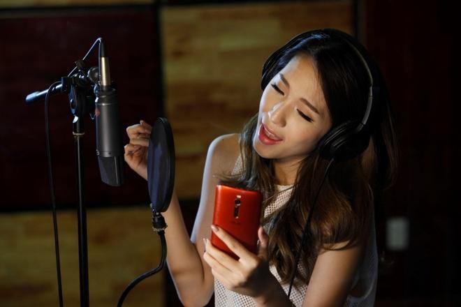 Emily trai nghiem ZenFone 2 trong phong thu hinh anh 2 Sở hữu màn hình 5.5 inch, nhưng nhờ giảm tối đa viền màn hình cùng thiết kế ôm gọn tay nên model rất nhỏ gọn, Emily có thể dễ dàng cầm trong lòng bàn tay.