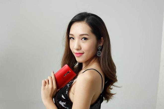 Emily trai nghiem ZenFone 2 trong phong thu hinh anh 6 Màu đỏ của máy dễ dàng kết hợp với những trang phục biểu diễn cá tính.