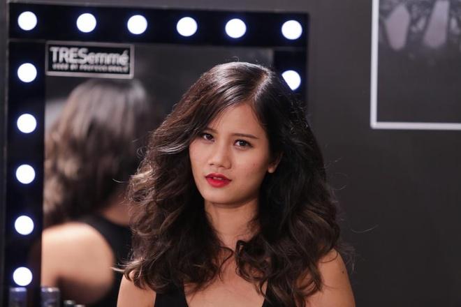 Nhung kieu toc de ung dung tu Vietnam's Next Top Model hinh anh 1 Để bảo vệ tóc, trước khi dùng máy uốn tạo kiểu tóc bạn cần xịt một lớp dưỡng TRESemmé Keratin Smooth.
