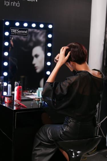 Thi sinh Vietnam's Next Top Model khoe tai tao kieu toc hinh anh 2 Sau khi thay đổi sang tóc bob, Nguyễn Hợp không mất nhiều thời gian tạo kiểu. Hiểu rằng phong cách đường phố cần cá tính và năng động, cô sử dụng mousse xoa lên tóc rồi đánh tóc lên với máy sấy. Nhờ vậy, mái tóc có độ phồng tự nhiên khiến Nguyễn Hợp vô cùng ưng ý.