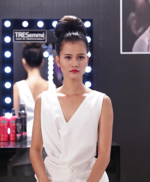Nhung kieu toc de ung dung tu Vietnam's Next Top Model hinh anh 3 Kiểu tóc búi cao tôn lên vẻ đẹp quý phái cho bạn gái.