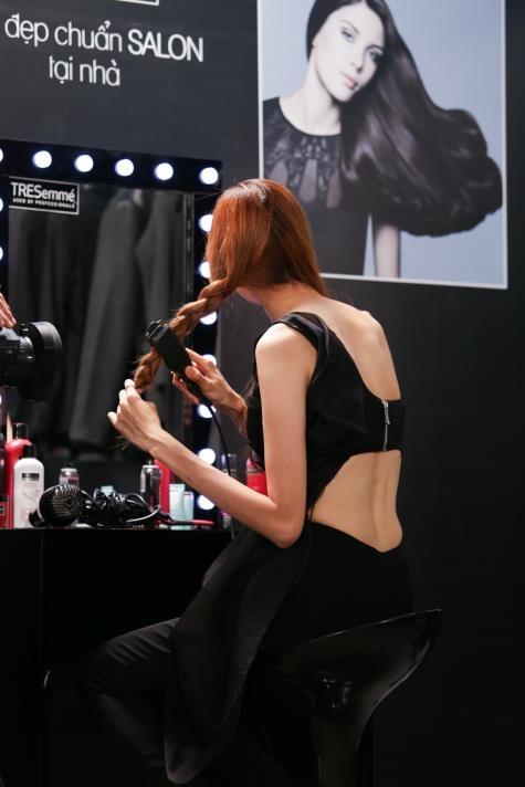 """Thi sinh Vietnam's Next Top Model khoe tai tao kieu toc hinh anh 4 Mái tóc dài xoăn nhẹ của Hồng Xuân vốn khá đẹp và phù hợp với bộ trang phục. Tuy nhiên, cô lại suýt mắc lỗi khi không cẩn thận trong lúc cố gắng đánh rối mái tóc lên để tạo hình tượng phóng khoáng kiểu đường phố. May mắn là giám khảo Hoàng Minh Hà đã kịp thời nhắc nhở cô gái cao nhất nhà chung rằng: """"Phong cách đường phố tuy cần phóng khoáng nhưng cũng phải chỉn chu""""."""