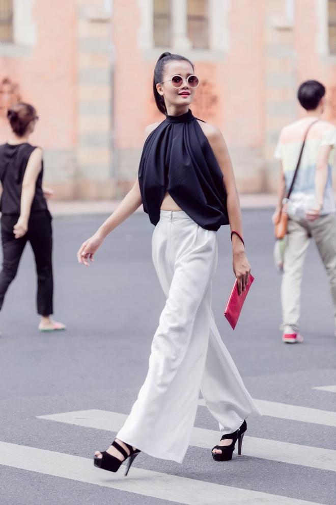Thi sinh Vietnam's Next Top Model khoe tai tao kieu toc hinh anh 7 Kiểu tóc ponytail cột cao là lựa chọn vô cùng hợp lý cho bộ trang phục free-size cá tính của Hoàng Minh Hà dành cho Hương Ly. Mắt kính và clutch đỏ hiện đại giúp tổng thể ngoại hình Hương Ly càng nổi bật hơn.