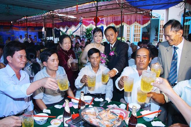 Bi quyet giai ruou bia hieu qua hinh anh 1 Nên làm chủ khi phải uống rượu bia.