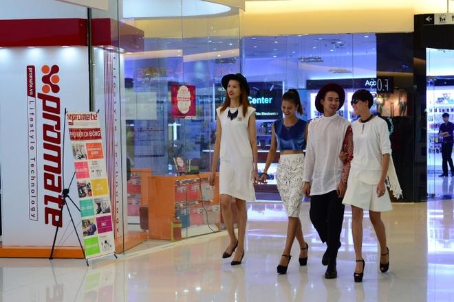 Top 4 VNTM tu tap xa stress truoc khi sang chau Au hinh anh 1    Võ Thành An cùng 3 cô gái Hồng Xuân, Hương Ly, Nguyễn Hợp có mặt tại một cửa hàng điện thoại từ khá sớm.