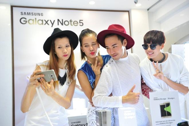 Top 4 VNTM tu tap xa stress truoc khi sang chau Au hinh anh 3  Bộ tứ tranh thủ selfie bằng chiếc điện thoại màn hình cong.