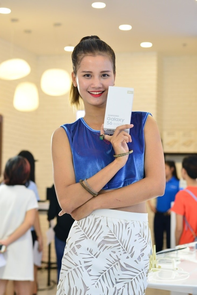 Top 4 VNTM tu tap xa stress truoc khi sang chau Au hinh anh 5 Hương Ly khoe dáng điệu đà bên món quà đặc biệt này.