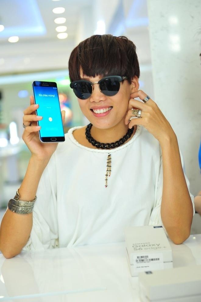 Top 4 VNTM tu tap xa stress truoc khi sang chau Au hinh anh 7 … và Nguyễn Hợp hào hứng khám phá các tính năng của smartphone đình đám.