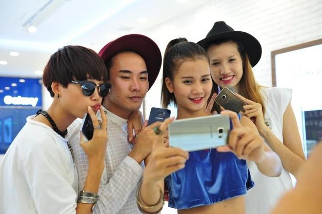 Top 4 VNTM tu tap xa stress truoc khi sang chau Au hinh anh 8    Với sự đồng hành của Galaxy S6 edge+, Top 4 Vietnam's Next Top Model mùa 6 có thể ghi lại những trải nghiệm thú vị trong chuyến hành trình đến châu Âu sắp tới.