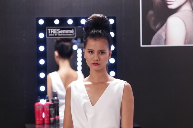 Thoi trang toc sanh dieu cua quan quan VNTM 2015 hinh anh 3 Sang trọng, quý phái và nữ tính như Hương Ly với tóc twisted-bun.