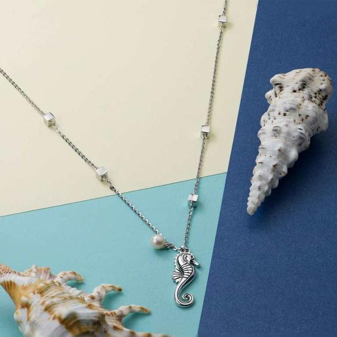 Giai ma suc hut cua trang suc bac hinh anh 5 Xu hướng dây chuyền Minimal Layer đậm đà cảm hứng từ đại dương qua bộ trang sức Scamper.