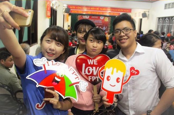 Khan gia nhan gui yeu thuong den FPT Telecom hinh anh 2 Là một khách hàng trẻ của FPT, bạn Đinh Thúy Hà cùng bạn bè của mình thường xuyên trao đổi việc học, tìm kiếm thông tin, tư liệu trên các trang mạng xã hội. Hà chia sẻ rằng Internet FPT đã giúp việc học của bạn