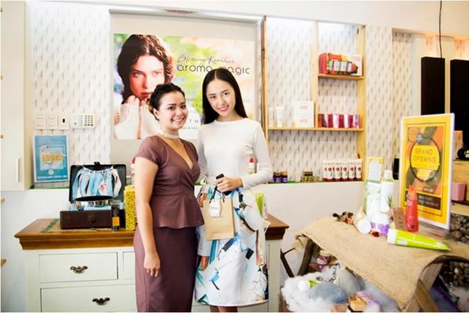 Bi quyet duong da cua Chi Thien hinh anh 3 Rima Thanh Vy, người mẫu trẻ được trông đợi của Vietnam Fashion Week năm nay đến Aroma để soi da và chăm sóc da trước thềm Fashion Week.