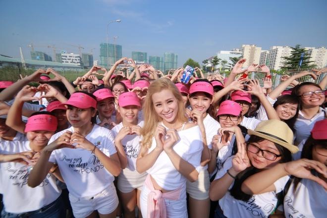 1.000 co gai nhay flashmob trong le hoi cua phai dep hinh anh 3 Đông Nhi chụp ảnh cùng đội nhảy flashmob.