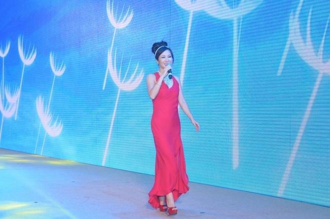 Hong Nhung khoe nhan sac khong tuoi tren san khau hinh anh 1 Nữ ca sĩ Hồng Nhung chọn chiếc đầm đỏ khoe khéo thân hình thon gọn, mái tóc búi cao và kiểu trang điểm nhẹ nhàng giúp chị toát lên vẻ đẹp quý phái, sang trọng.
