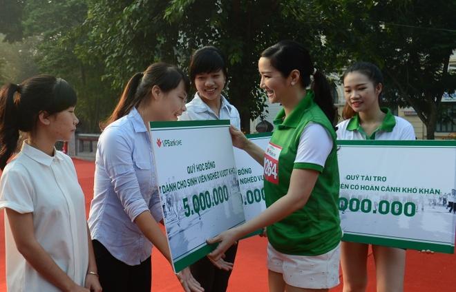2.000 nguoi chay bo vi quy hoc bong sinh vien hinh anh 6 Người đẹp trao phần quà từ Quỹ học bổng dành cho các bạn sinh viên nghèo vượt khó.