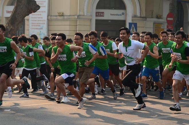 2.000 nguoi chay bo vi quy hoc bong sinh vien hinh anh 2 Đội ngũ vận động viên đến từ các chi nhánh của ngân hàng tại Hà Nội và nhiều tỉnh lân cận, bên cạnh đó còn có khách hàng và người yêu thể thao ở thủ đô.