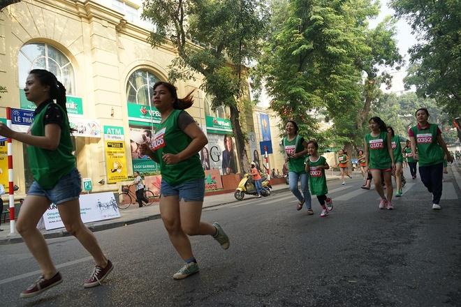 2.000 nguoi chay bo vi quy hoc bong sinh vien hinh anh 3 Những người tham gia chạy chia thành từng nhóm: nam trên 35 tuổi chạy 2 vòng, nữ trên 35 tuổi chạy một vòng; nữ dưới 35 tuổi chạy 2 vòng và nam dưới 35 tuổi chạy 3 vòng.